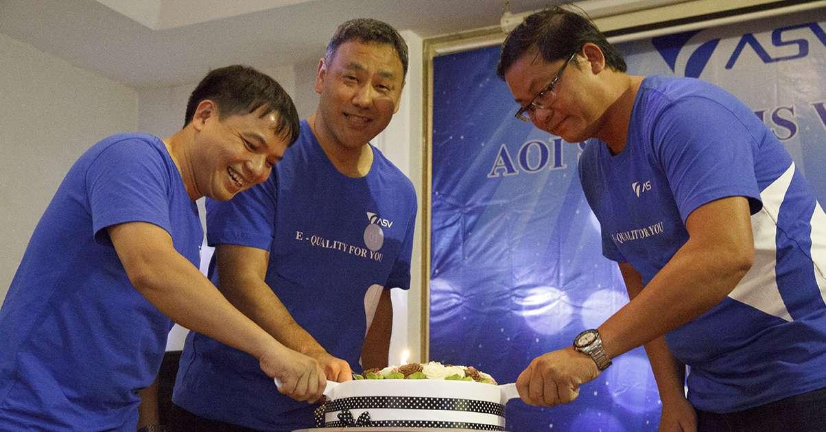Cắt bánh kem chúc mừng rakumo tròn 4 năm phát triển và vững mạnh